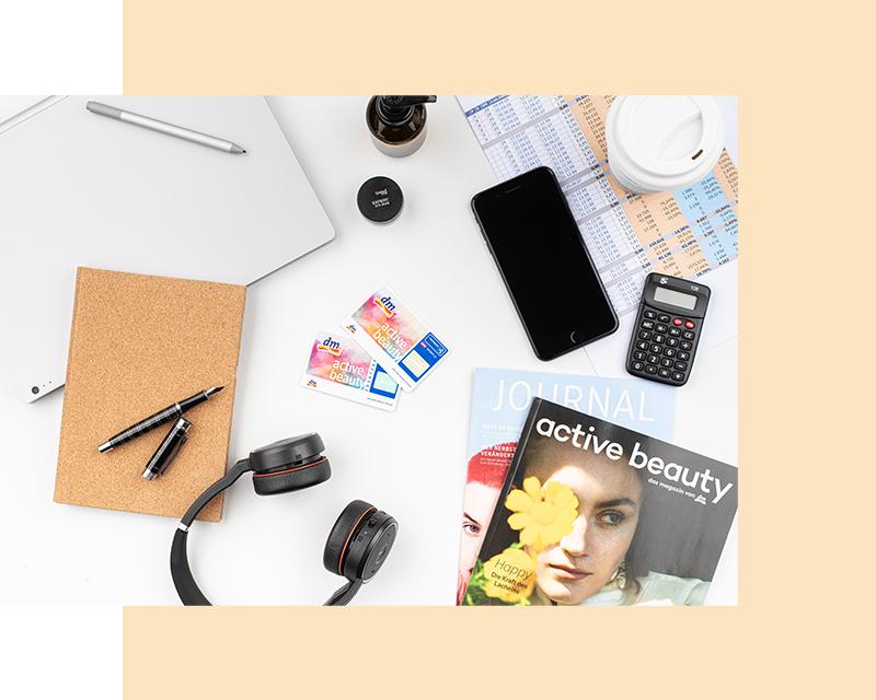 Flatlay Magazin, Notizblock, Taschenrechner, Payback-Karte