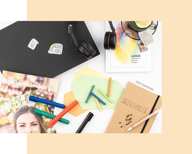 Flatlay post-it, filctollak, laptop, jegyzettömb, magazin