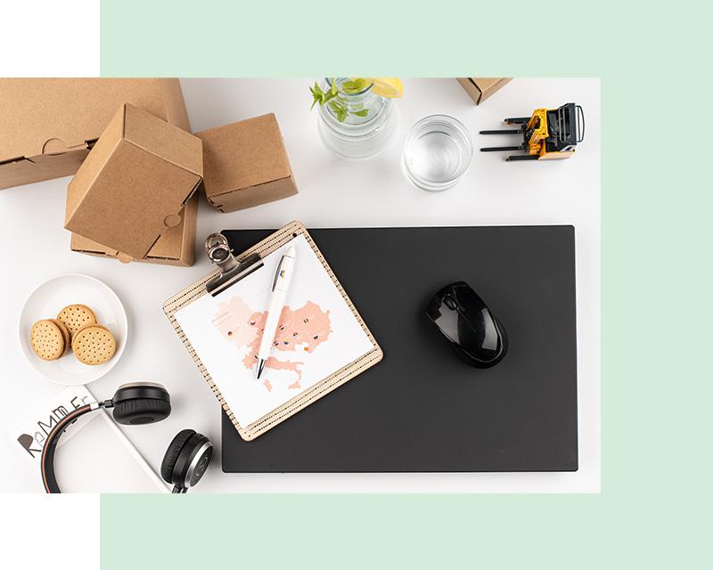 Flatlay Logistica: scatole di cartone, laptop, mappa europa