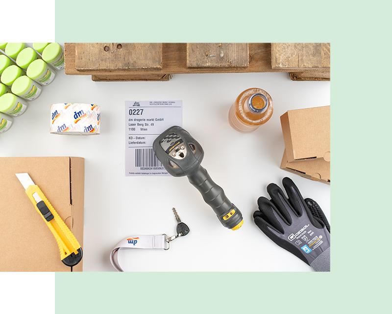 Flatlay Palette, Sicherheitsmesser, Handschuh, Kartons, Kommssioniergerät